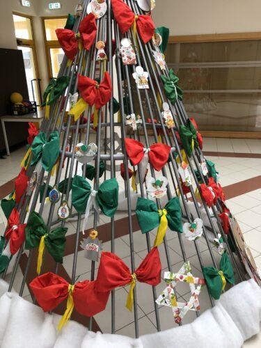 Árvore de Natal - pormenor<br/>Montagem dos diferentes enfeites de Natal na estrutura metálica da árvore. Todos os enfeites privilegiaram a visibilidade dos símbolos requeridos pelo projeto. (aumentar a foto)