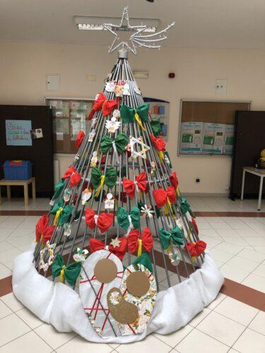 Árvore de Natal concluída. Vista geral