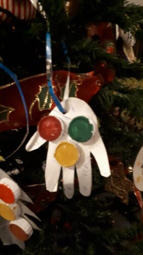 Enfeites para a árvore de Natal, utilizando as embalagens e as respetivas tampas.