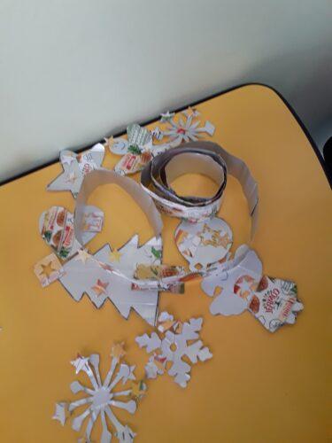 Enfeites realizados e fita de natal feita em embalagens da compal.