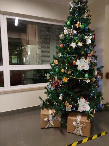Árvore de Natal completa com enfeites Compal de todas as turmas