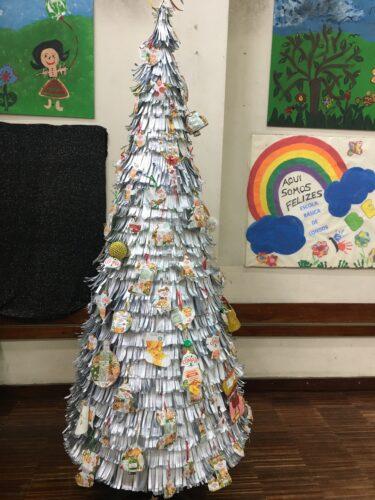 Árvore Eco Escolas com todos os enfeites do Desafio da Compal