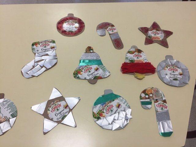 Enfeites realizados pelos alunos com os pacotes Compal e outros materiais reciclados.