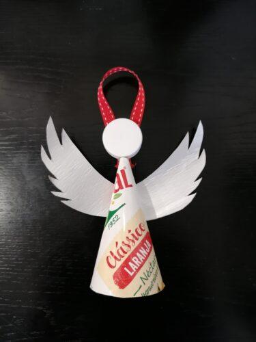 Anjo de Natal - Compal Clássico de laranja, com recurso à cola, fita de cetim e à tampa da embalagem de Compal.
