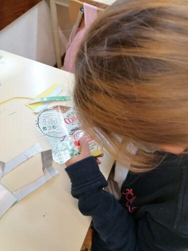 O início do Natal<br/>Os alunos fizeram os moldes das diferentes peças em pacotes de compal, recortaram e montaram os enfeites.