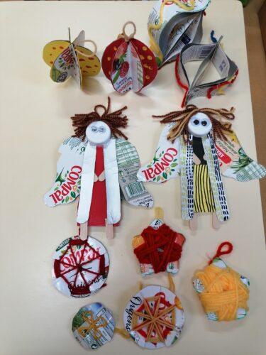 As nossas decorações<br/>Cada ano de escolaridades elaborou um tipo de enfeite. Foram elaborados: anjos, bolas com lã e bolas 3D, estrelas, luzes, lanternas...