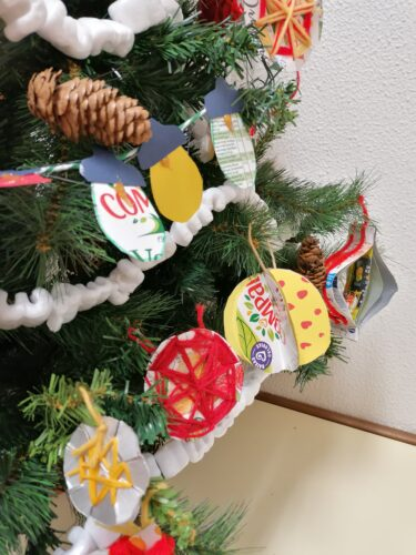 luzes e bolas<br/>As luzes e as bolas foram elaboradas pelas turmas do 3.ano