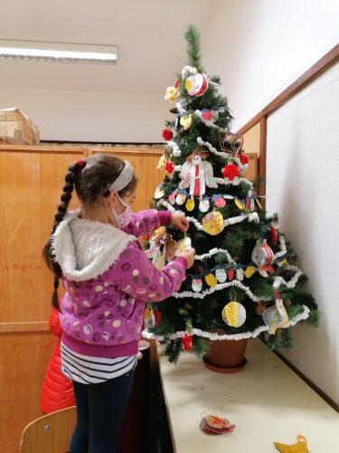 O pinheirinho de Natal<br/>Os alunos do segundo ano organizaram e montaram o pinheiro de Natal, na contina da nossa escola.