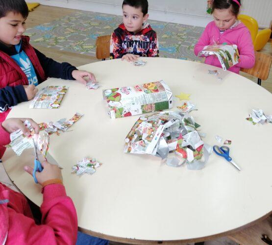 Recorte e colagem - os alunos recortaram os moldes que desenharam e colaram o seu trabalho com a ajuda dos professores.