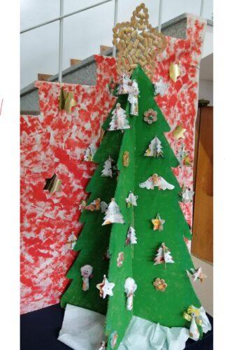 Árvore de Natal - decorou-se a árvore de Natal, construída em cartão e pintada pelos alunos, com os enfeites elaborados pelos alunos das turmas.