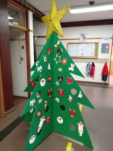 Enfeites Tetrapak na árvore da escola, juntamente com outros também elaborados com material reutilizavél.