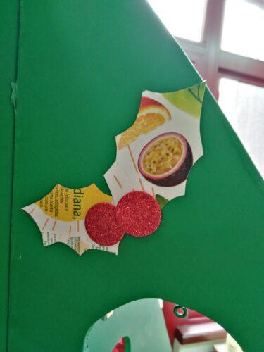 Enfeite azevinho - embalagem Tetra Pak e restos de espuma eva