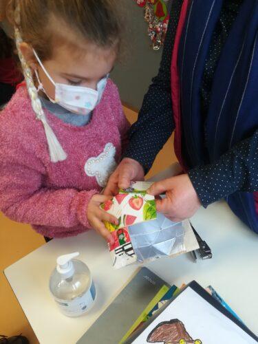 Dobragem e colagem das bolas origami