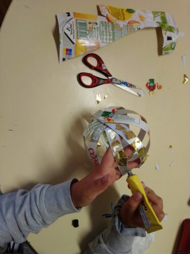 Execução de trabalhos (Os alunos dos 3º/4ºanos ajudaram a fazer os enfeites a partir da reutilização de materiais.)