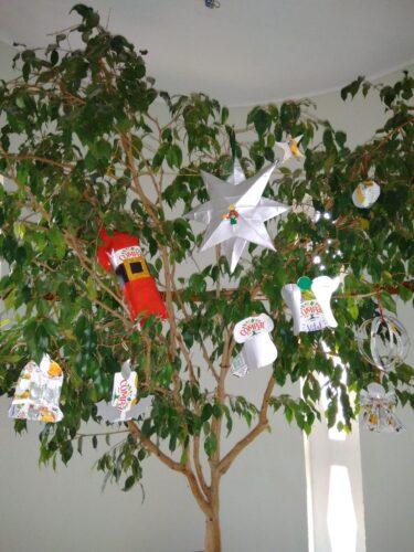 Começámos por decorar uma das nossas árvores do corredor.