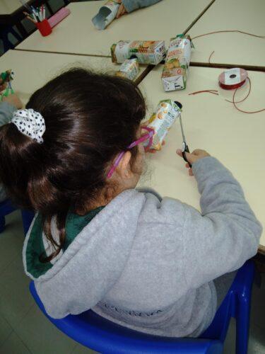 Os alunos pegaram no material e começaram a recortar com a ajuda de moldes natalícios escolhidos pelos próprios alunos.