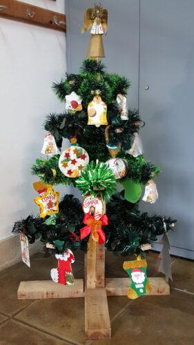 Este Natal, os enfeites estão por nossa conta. Envolvemos com fitas de Natal as ripas do pinheirinho e decoramo-lo com os enfeites que fizemos.