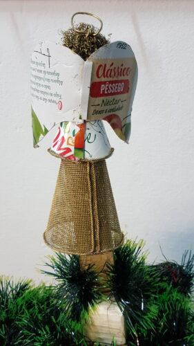 Este Natal, os enfeites estão por nossa conta. Que lindo o anjinho em cima do pinheiro!