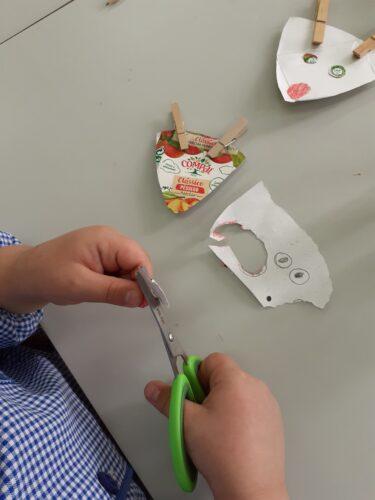 Desenhar, colorir, recortar e colar adereços para os enfeites de Natal.