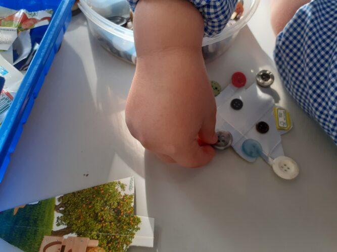 Utilização de vários materiais, propostos pelas crianças, para embelezar os enfeites de Natal.