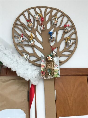 Árvore de Natal com bolas e presépio