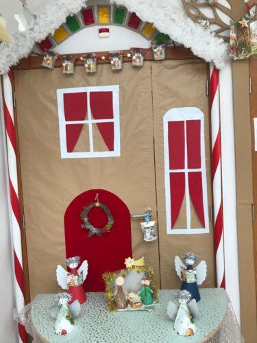 Detalhe dos presépios (mesa, porta e árvore) e anjos
