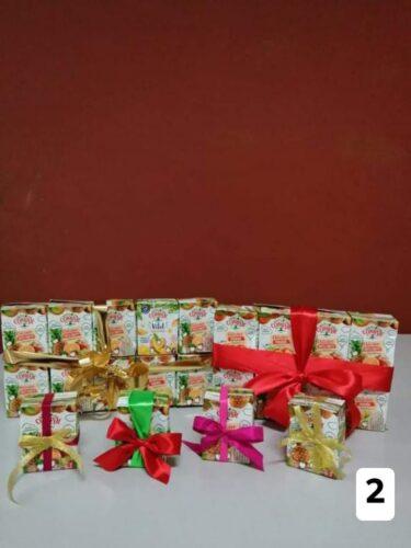 Presentes de Natal elaborados com embalagens Tetra Pak da marca Compal de 200 ml.