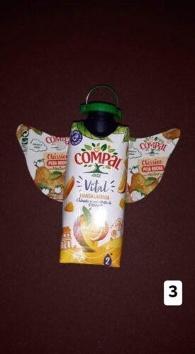 Anjo construído com embalagens Tetra Pak da marca Compal de 33 cl.