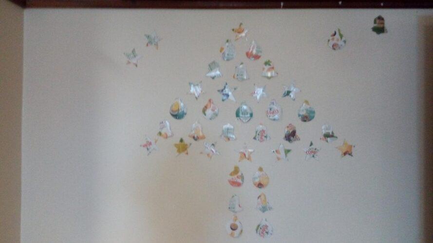 Trabalho final: Pinheiro formado com as decorações.
