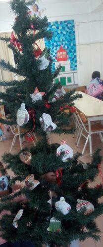Resultado final:pinheiro decorado com embalagens Compal.