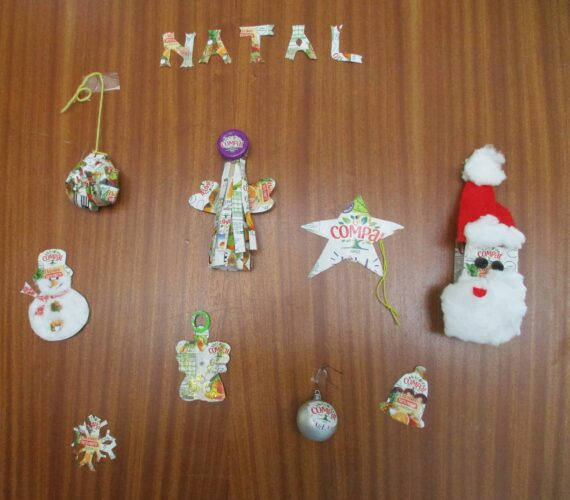 Decoração da porta da sala com os enfeites do Tetrapack da Compal<br/>Anjo, Estrela, Pai natal, floco de neve, Bola, Sino