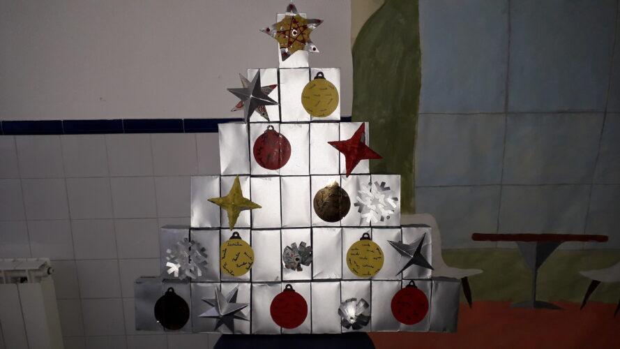 Árvore de Natal realizada com embalagens Tetra Pak.