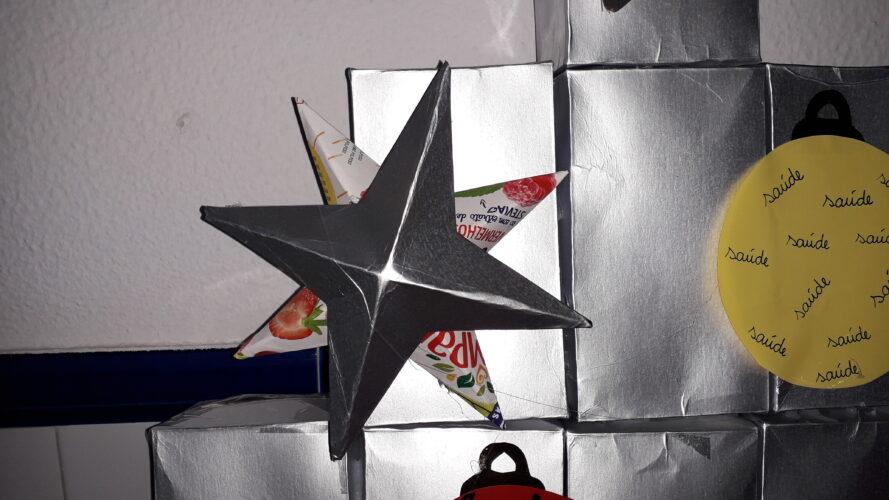 Estrelal realizada com embalagem Tetra Pak da marca Compal.