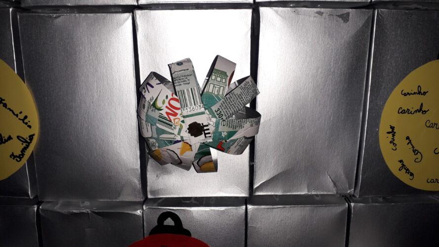 Bola realizada com embalagem Tetra Pak da marca Compal.