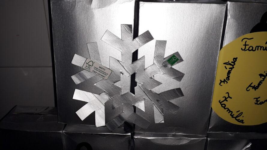 Floco de Neve realizado com embalagem Tetra Pak, com o símbolo FSC®.