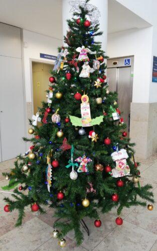 A árvore de Natal da nossa escola<br/>Depois da construção, por todas as turmas, dos enfeites, com pacotes de sumo da Compal, a nossa árvore da escola foi decorada com os mesmos. Houve muita imaginação, dedicação e empenho!