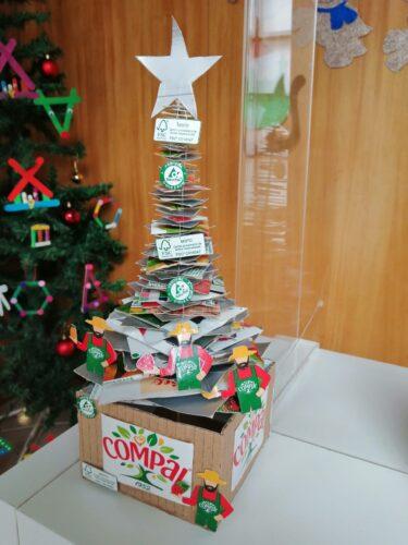 Árvore de Natal <br/>Realizada com embalagens tetrapack simboliza um dos elementos mais bonitos do Natal - A Árvore de Natal.