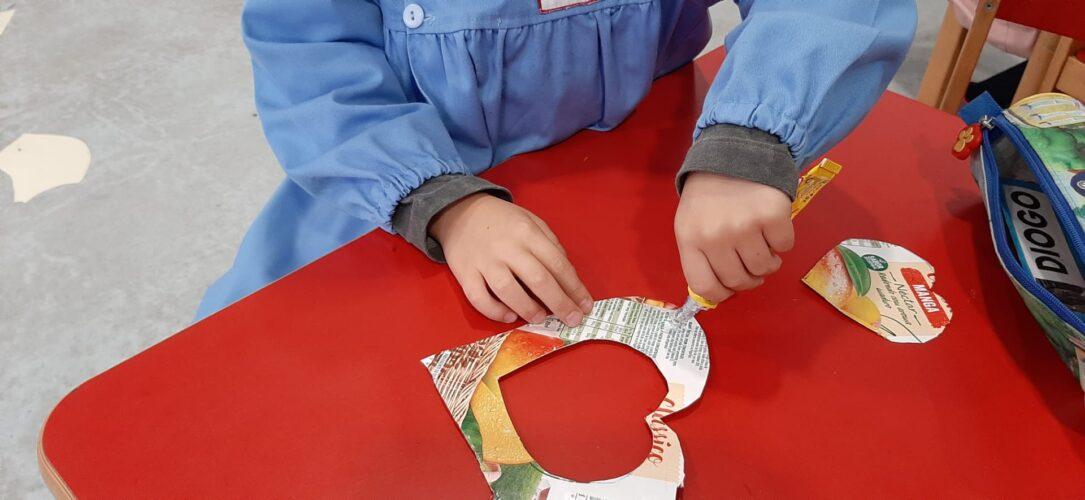 A sala dos 5 anos concentrada e empenhada a cortar e a colar para os seus corações na árvore pendurar!