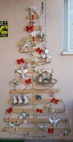 A nossa árvore de Natal, na entrada da escola, feita com a colaboração dos pais!