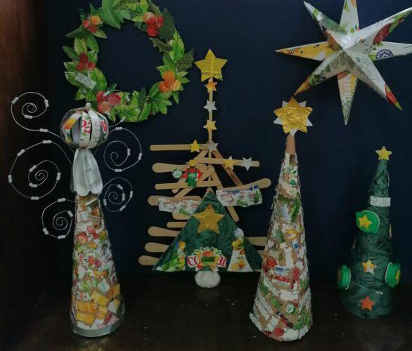 Imagem 2 pormenor da parte do presépio com um anjo, o presépio e uma árvore de natal e a coroa de natal