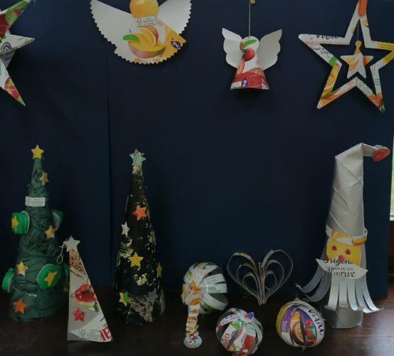 Imagem 3 pormenor dos restantes enfeites: árvores de natal, bolas de natal, anjos, estrelas, Pai natal, vela, coração