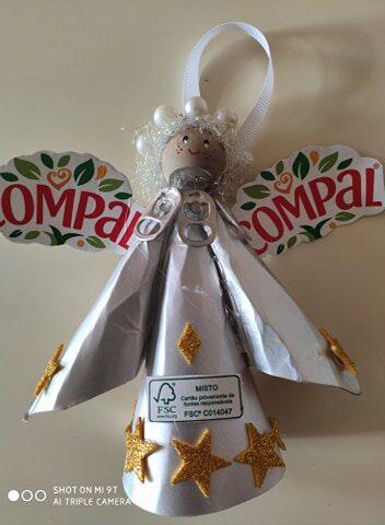 Anjo - Corte, dobragem e decoração do anjo com recurso à reutilização de embalagens da Sumol + Compal Tetra Pak e de outros materiais.