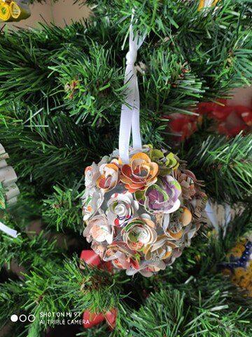 Bola de Natal - Composição feita com flores construídas com as embalagens da Sumol+ Compal Tetra Pak .