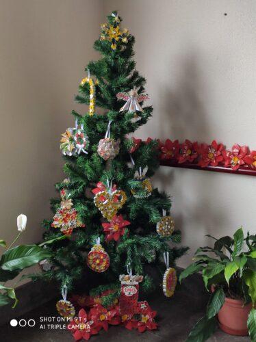 Trabalho final - Árvore de Natal da escola decorada com os enfeites natalícios construídos com recurso à reutilização de embalagens da Sumol + Compal/ Tetra Pak e de outros materiais.