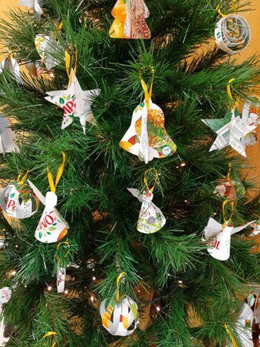 Alguns enfeites já colocados na árvore