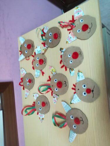 Renas com cartão e decoradas com pacotes de sumos Compal