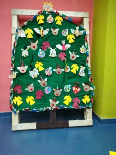 Árvore de Natal com todos os enfeites