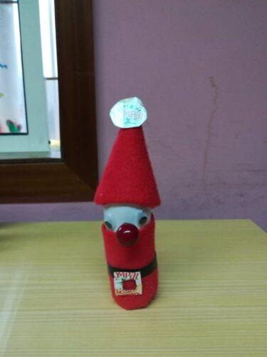 Pai Natal com frasco de iogurte, rolo de papel e pacote de sumo Compal