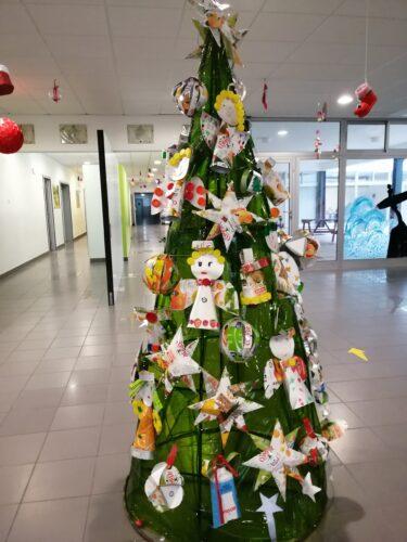 Árvore da nossa Escola realizada por todas as turmas, com mais de 20 enfeites.
