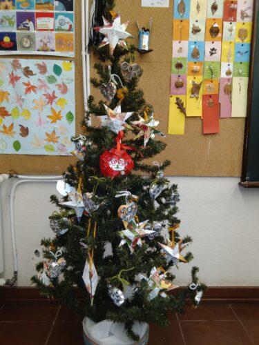 A árvore de Natal<br/>As decorações prontas na árvore